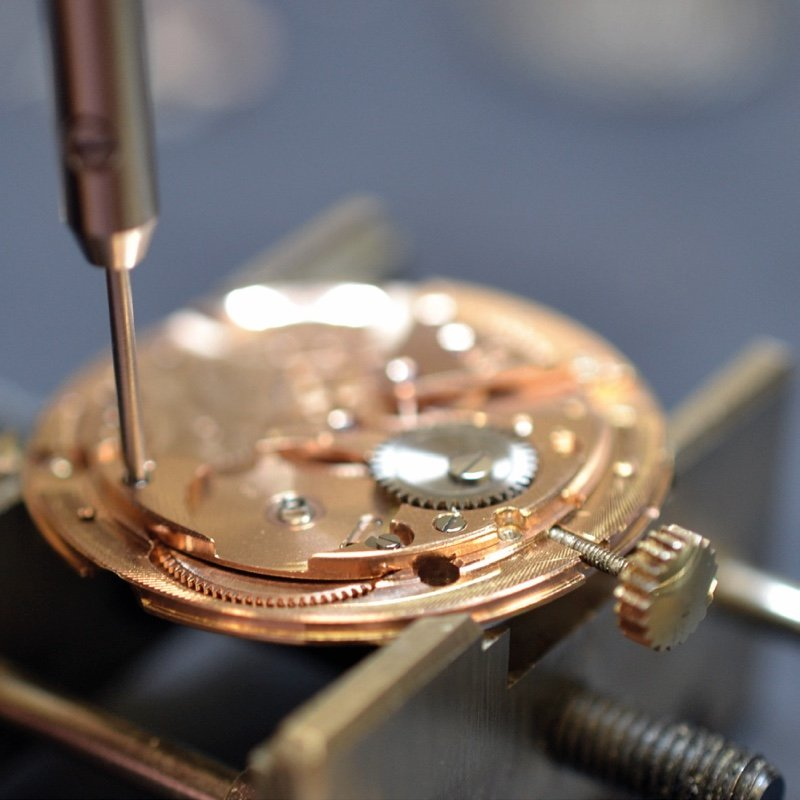 Watch repair and servicing reassembly of the movement